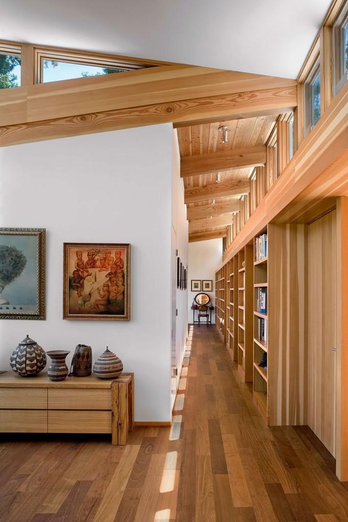 Estantería de madera en casa moderna de campo