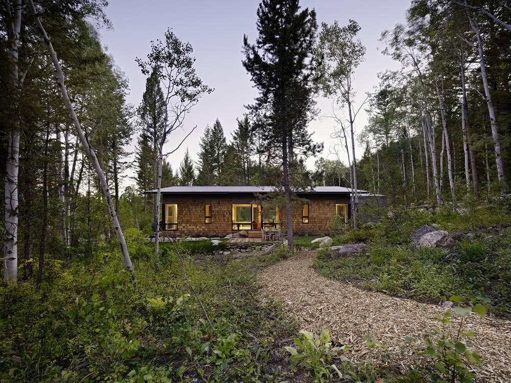 Fachada de casa de campo con techo a una agua
