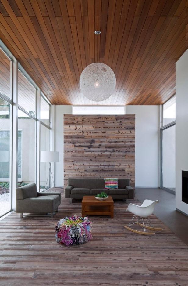 Amplia y moderna sala con pisos y techos de madera