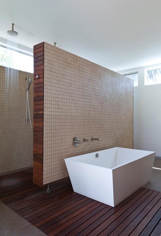 Amplio cuarto de baño con pisos de madera