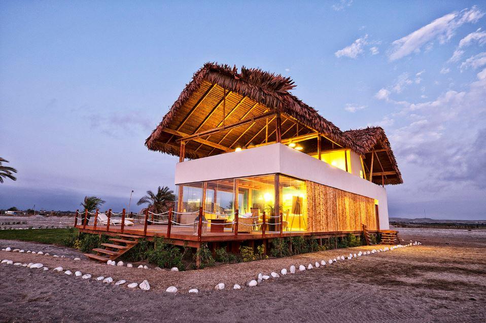 Volumetría de casa de playa con techo de bambú