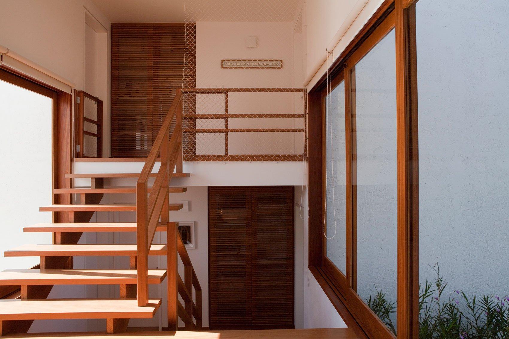 Casa de campo de madera y hormig n de 280 metros cuadrados for Escalera de jardin de madera