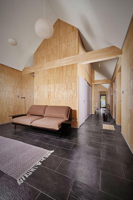 Diseño de sala estar con paredes de madera