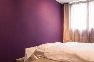 Dormitorio con decoración en madera