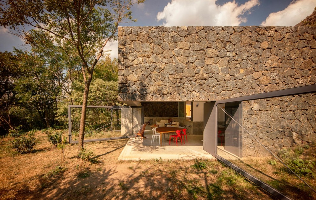 Dise o de casa de campo construcci n se mimetiza al - Piedra rustica para fachadas ...