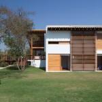Fachada lateral de casa de campo de dos pisos