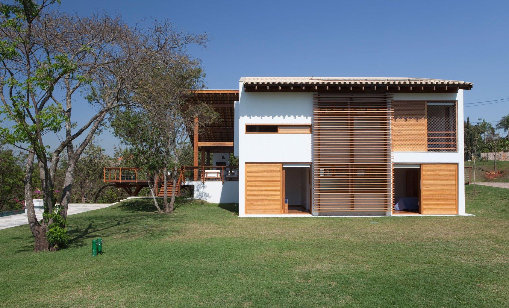 fachada lateral de casa de campo de dos pisos planos de