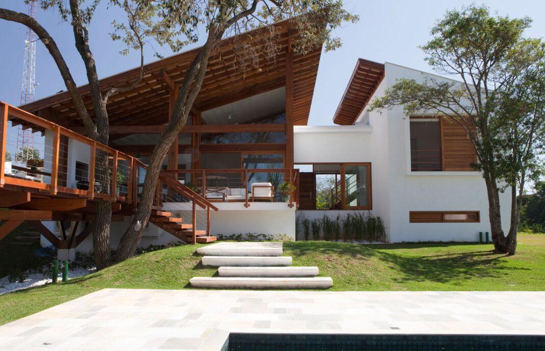 Hermosa fachada de casa de campo moderna