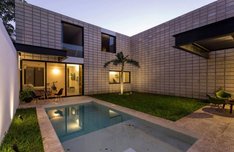 Casa de dos pisos en terreno angosto planos de arquitectura for Patios interiores con piscina