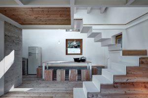 Interiores en madera, concreto y estructura de acero