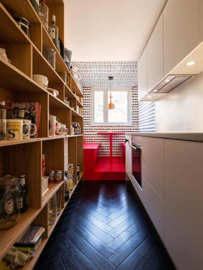 Moderna cocina con diseño de estantes en madera