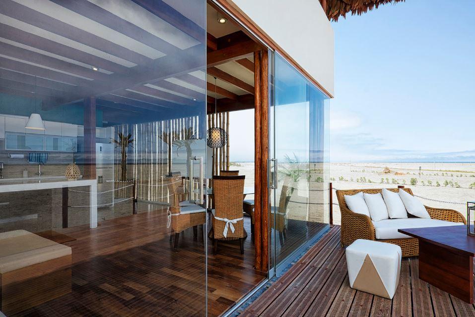 Dise o de casa de playa con bamb y madera planos de for Casas con balcon y terraza