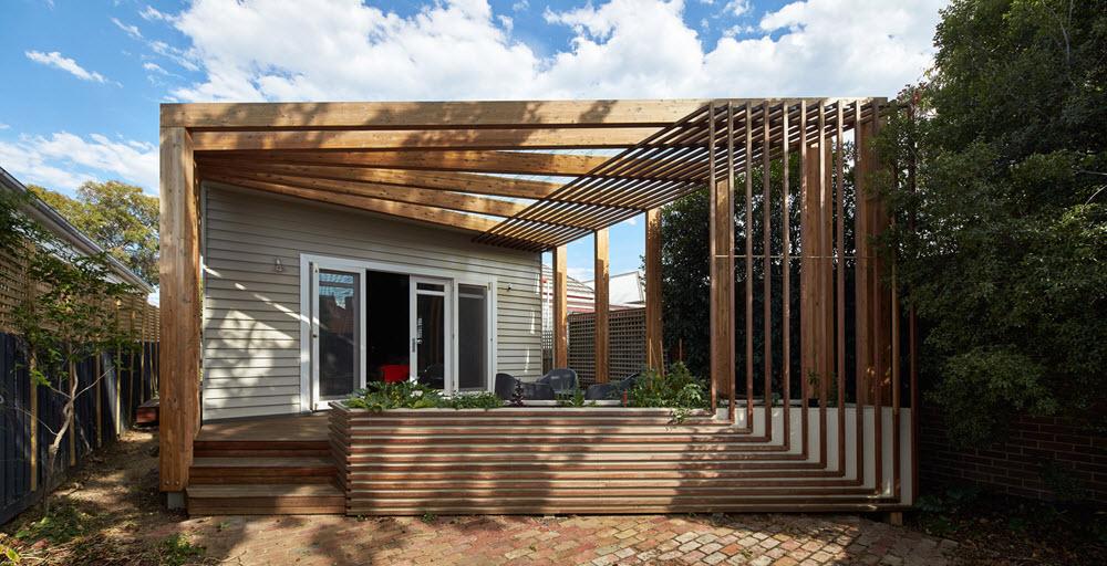 Moderna fachada con terraza de madera