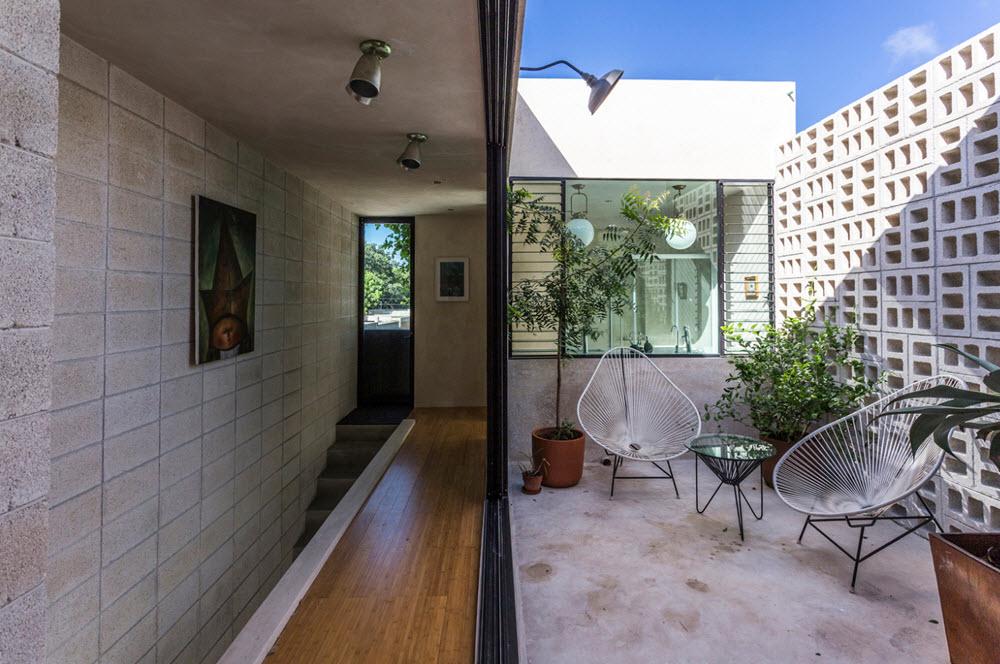 Pasillo interior con terraza