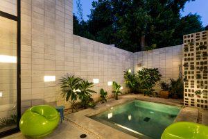 Pequeño patio con piscina