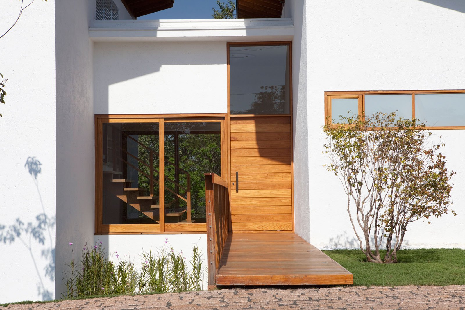 Casa de campo de madera y hormig n de 280 metros cuadrados for Puerta de ingreso principal