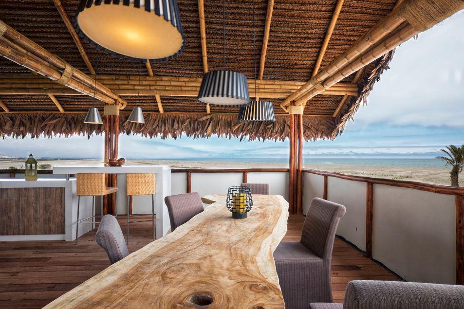 Zona social con vistas hacia el mar