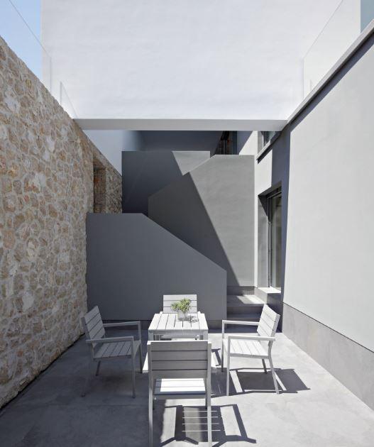 Detalle de escaleras con pequeña terraza