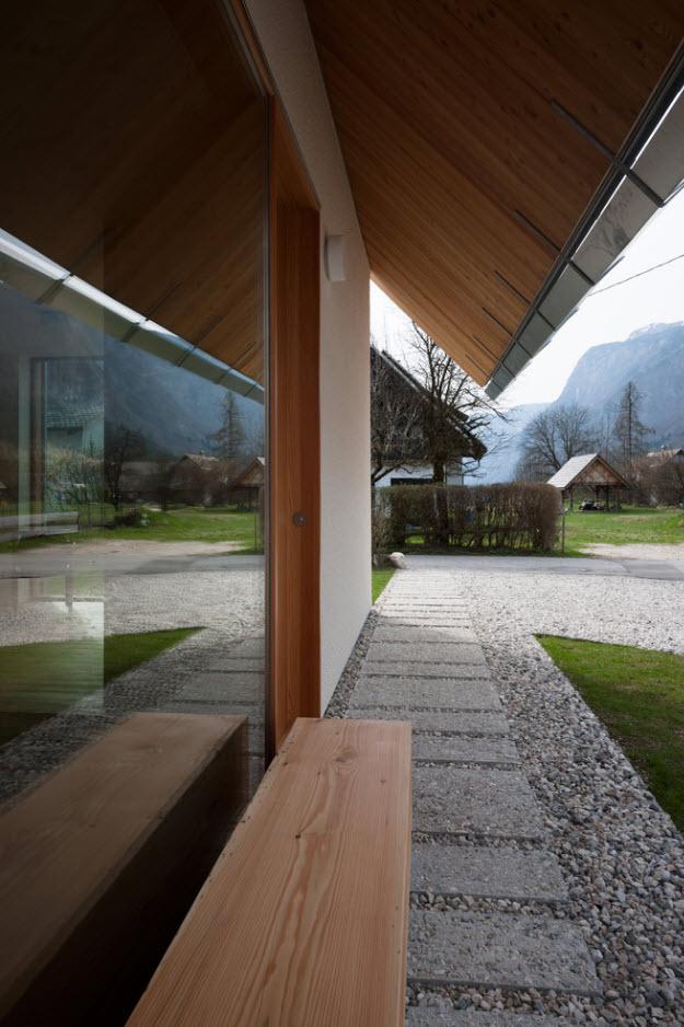 Detalle de madera y piedra en exteriores de casa
