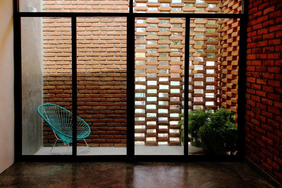Detalle de pequeña terraza con ladrillos