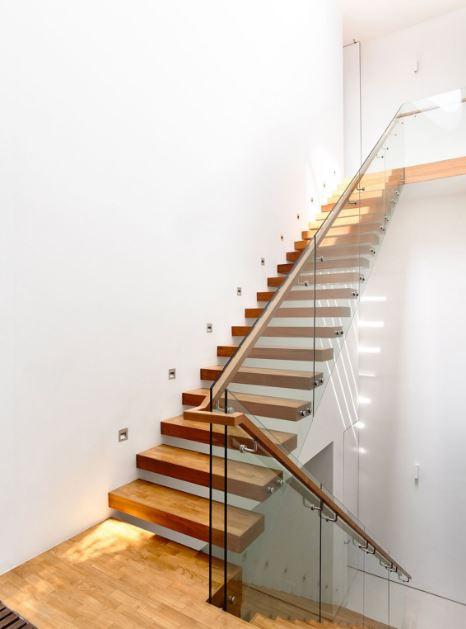Diseño de hermosa escalera en madera