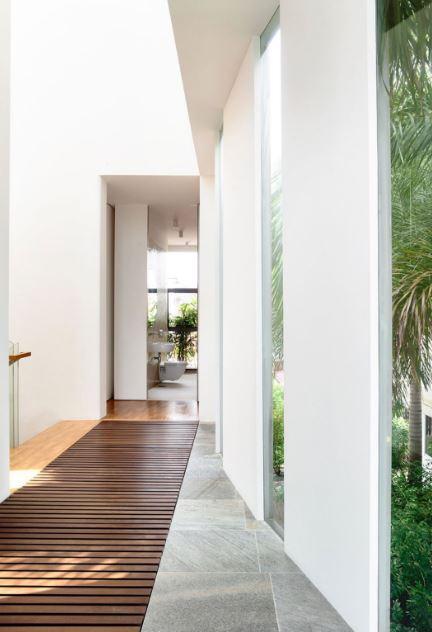 Diseño de pasadizo con pisos de varillas de madera