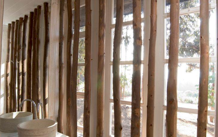 Decoración interior con troncos de árboles