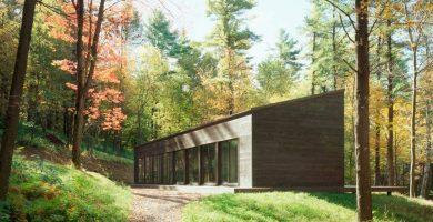 Fachada de la hermosa casa de campo en madera