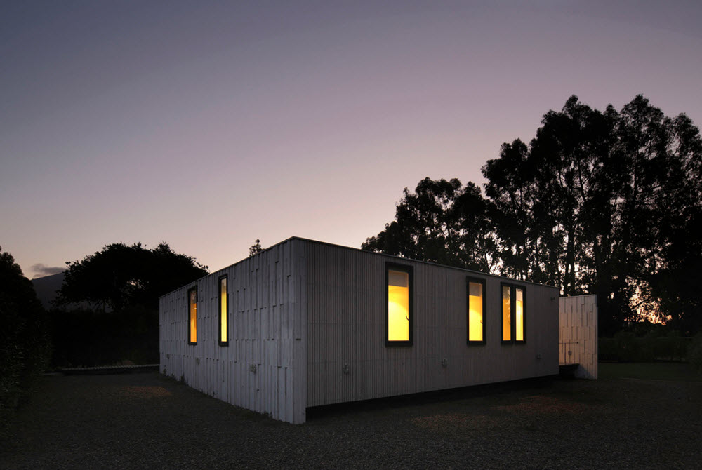 Fachada de pequeña casa en madera