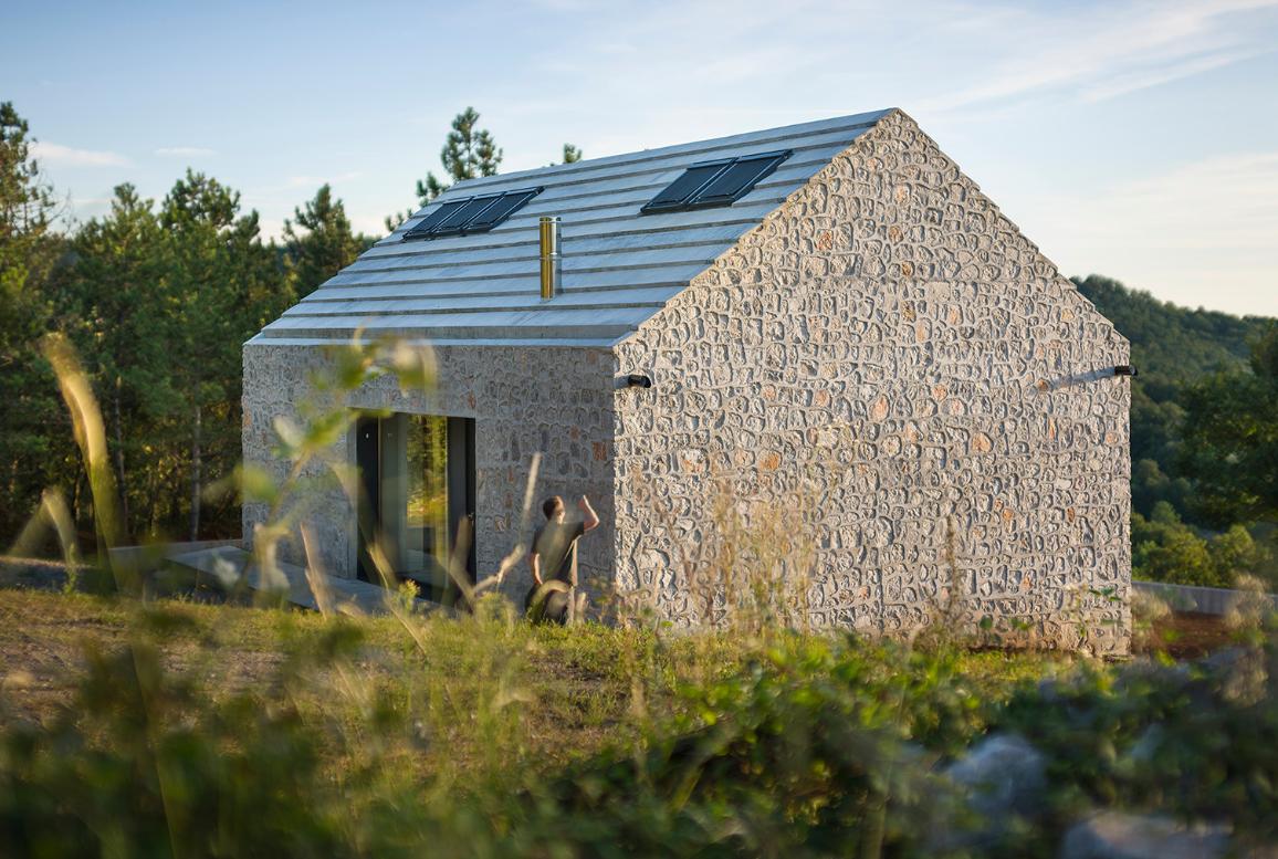Fachada de pequeña casa de piedra