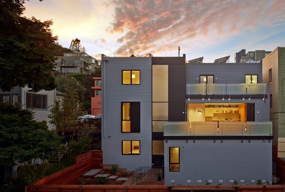 Dise o de moderna casa construida en terreno en desnivel for Fachadas de casas modernas a desnivel