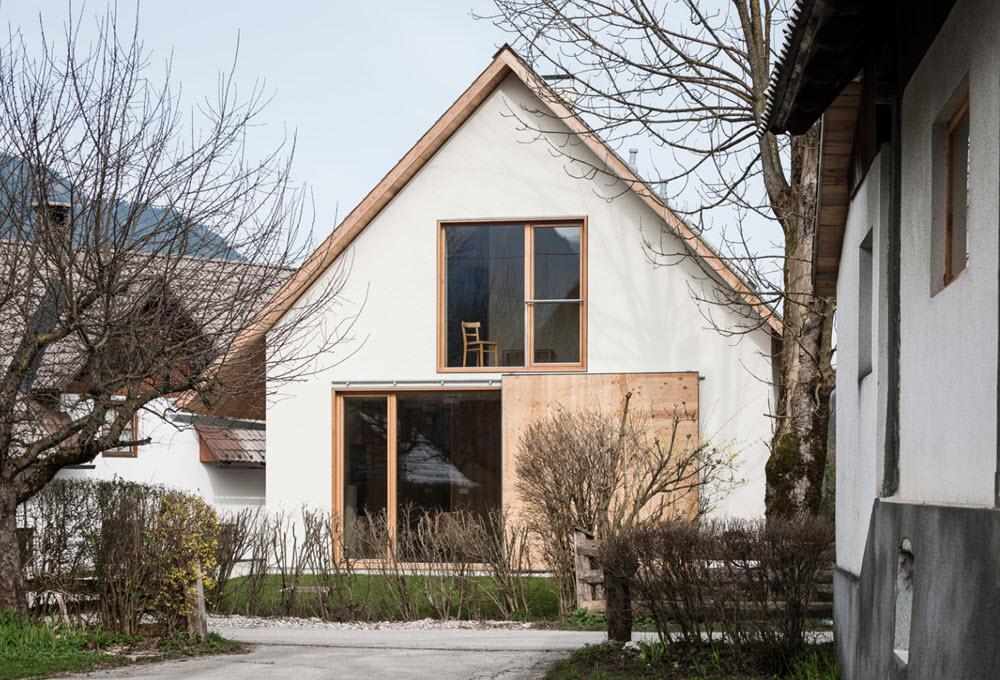 Fachada posterior de pequeña casa con techo a dos aguas