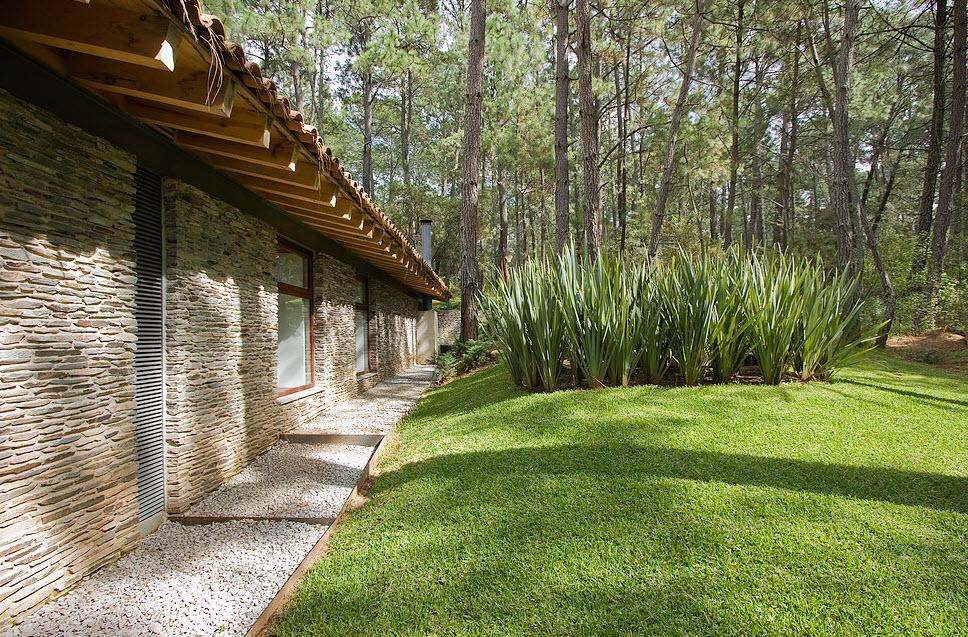 Fachada posterior de casa de campo con piedra laja
