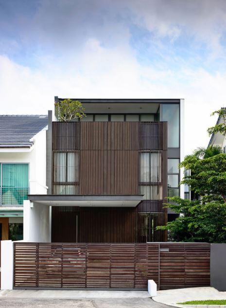 Fachada de madera casa dos pisos con azotea