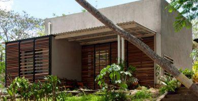 Fachada principal de la pequeña casa