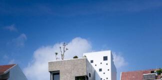 Fachada principal de la hermosa casa de tres pisos