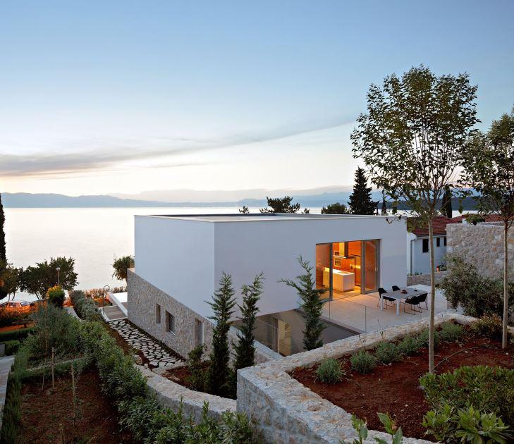 Casa moderna frente a lago