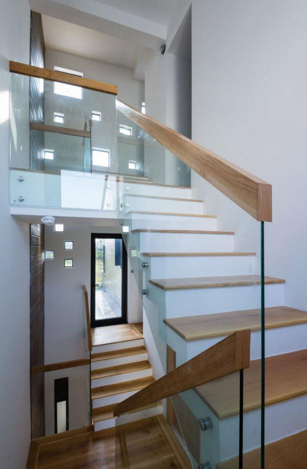 Dise o de casa moderna 112 m planos de arquitectura - Escaleras de cristal y madera ...