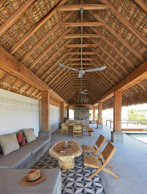 Diseño de sala con techo palma