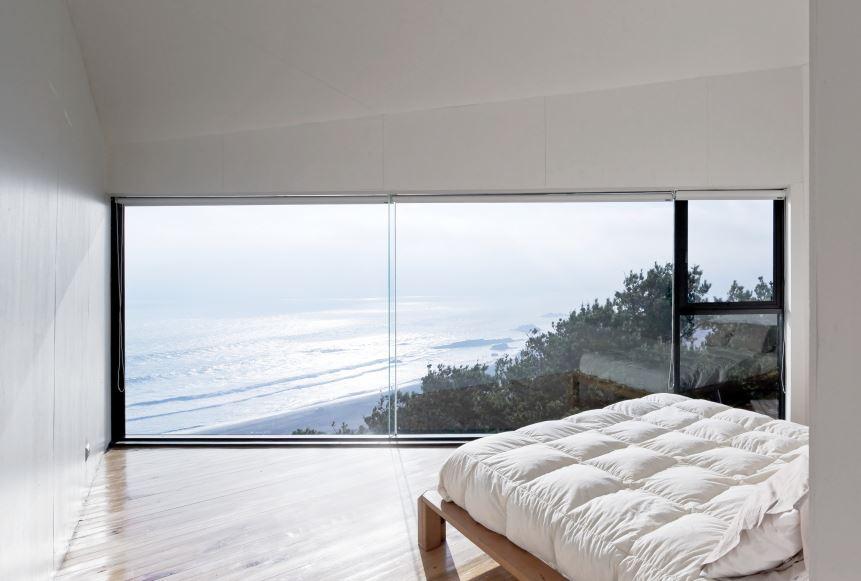 Interior del dormitorio con hermosas visuales