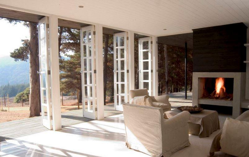 Diseño de sala campestre amplia y cómoda