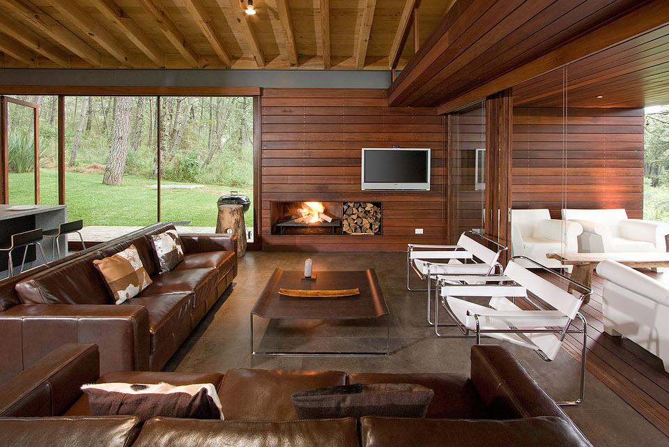 Diseño de moderna sala con paredes de madera de casa de campo