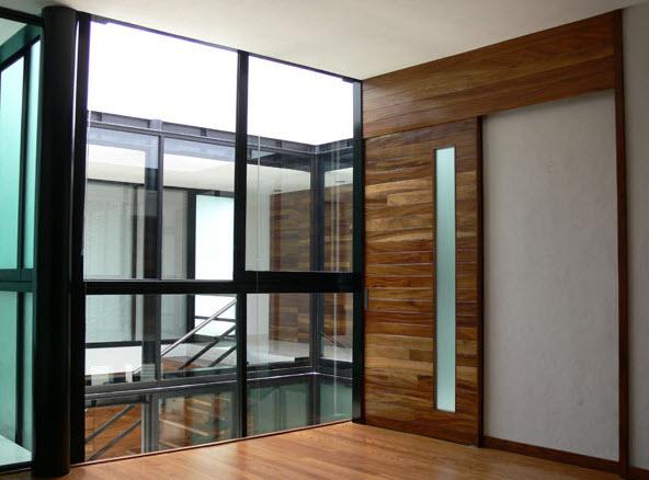 Diseño de interiores con madera, acero y cristal