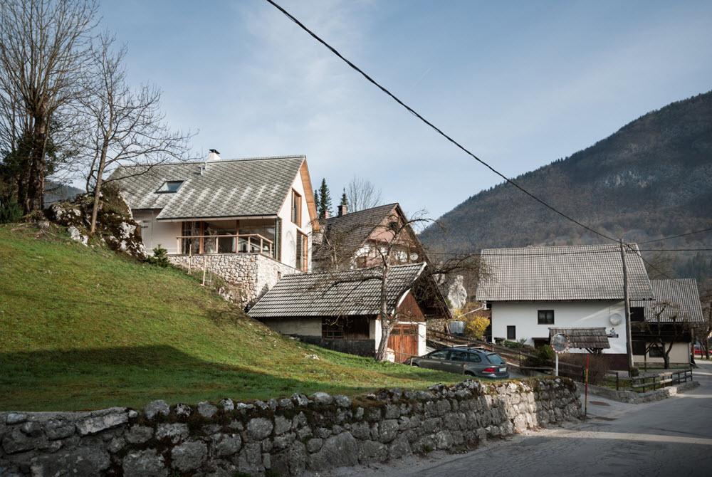 Casas pequeñas en colina