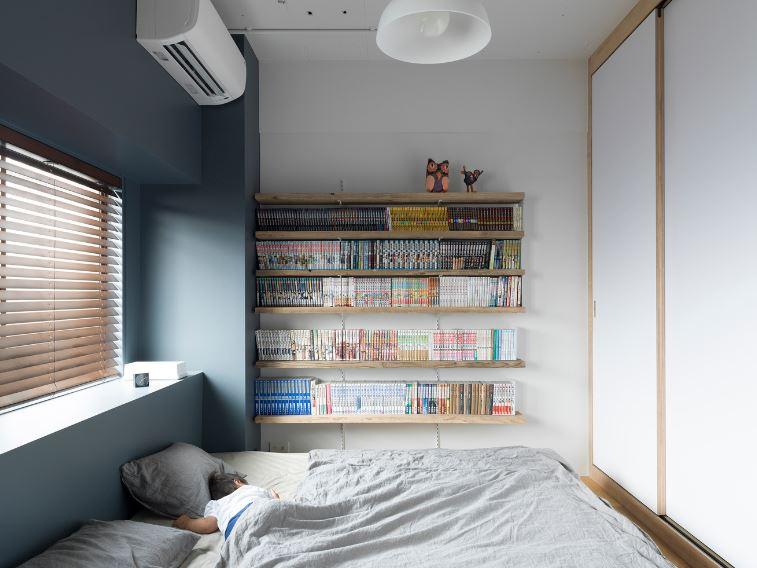 Amplio dormitorio con decoracion de estanteria
