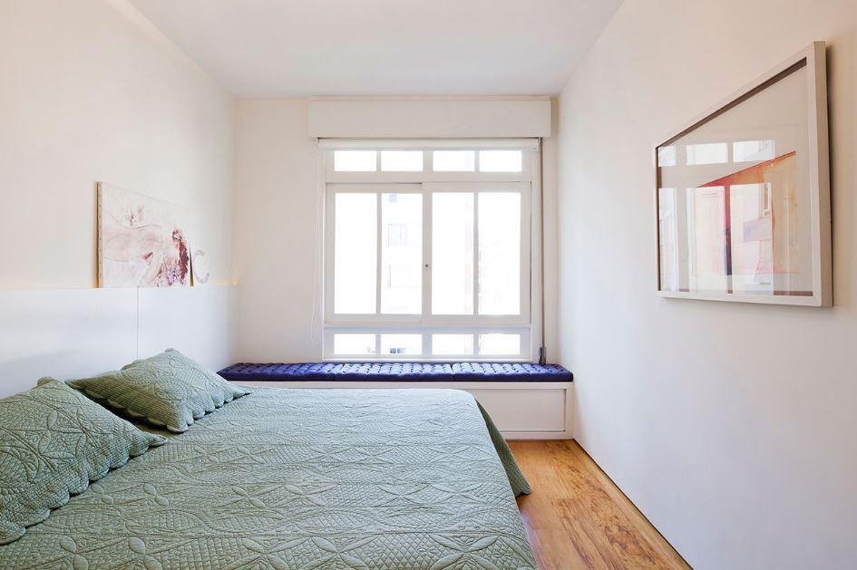 Diseño simple de dormitorio bien iluminado