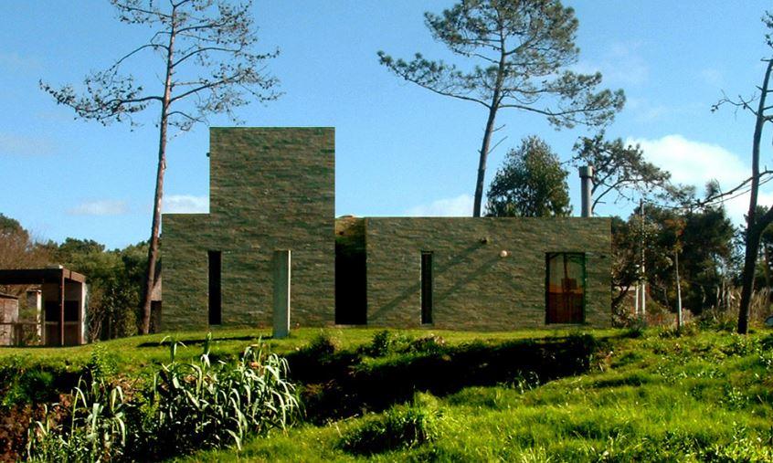 Casa de campo se relaciona con su contexto por el material de su fachada