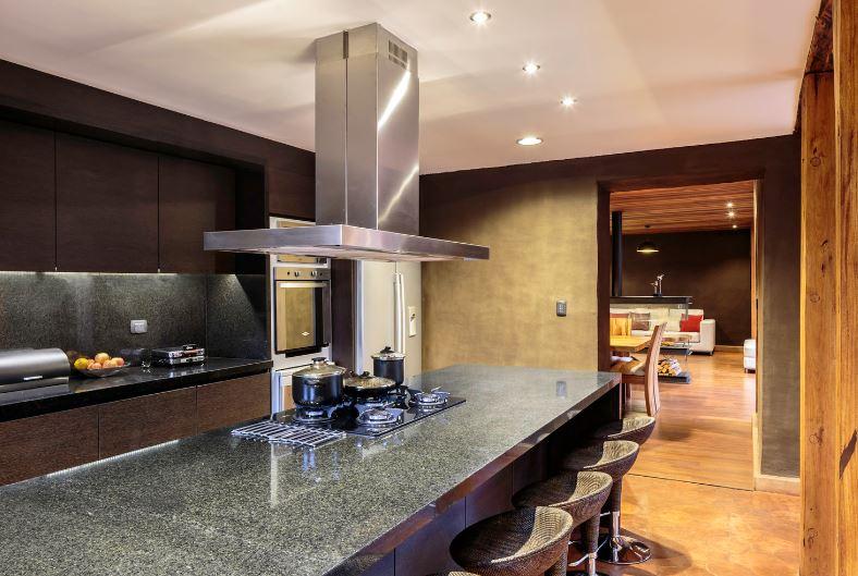 Diseño de moderna cocina con paredes de barro