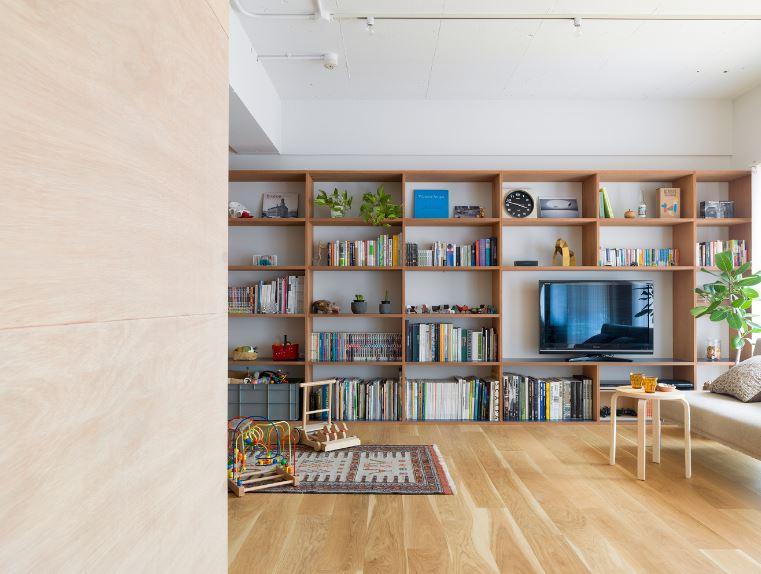 Diseño de moderna sala con aplicaciones en madera