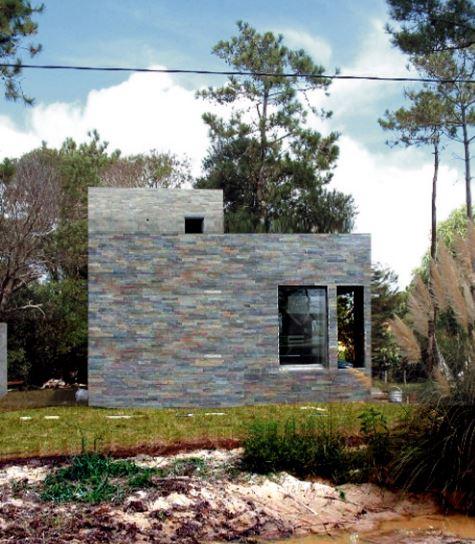 Fachada en piedra de la pequeña casa